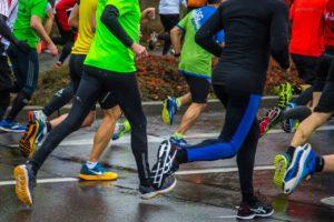 biegnący ludzie maraton
